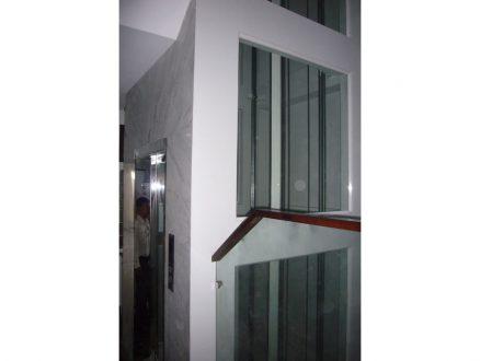Hố thang gắn kính 2 vách hông